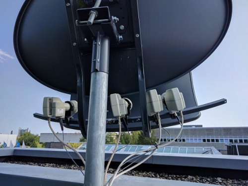 Photo of big satellite dish with fiberoptic LNBs. // Foto von großer Satellitenschüssel mit Glasfaser LNBs.